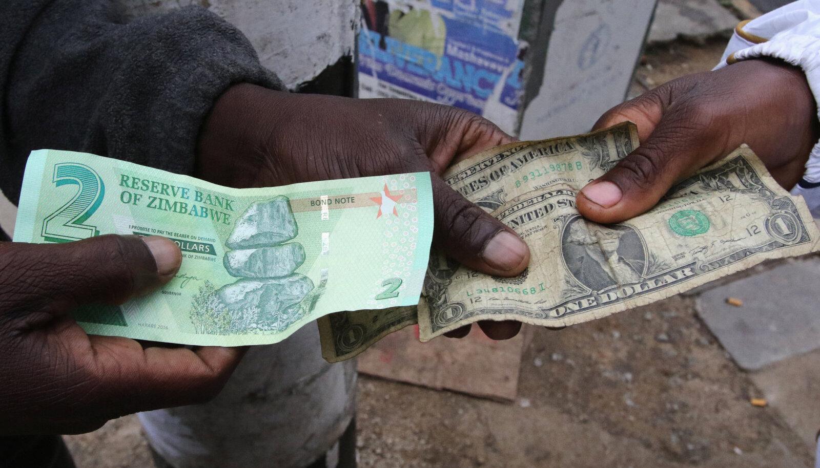 Zimbabwe võlakirjaraha ja kortsunud USA dollarid