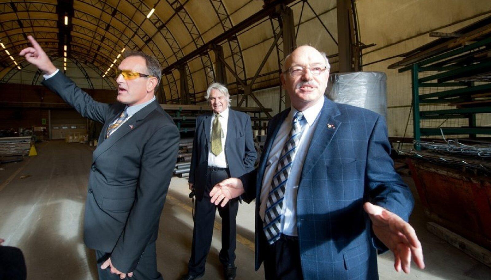 Daetwyler Eesti juht Robert Becsy (vasakul), Šveitsi–Baltikumi kaubanduskoja juht Jürg Würtenberg ja Daetwyleri omanik Peter Daetwyler vanas tehasehoones, mille asemele kerkib uus tootmisüksus.