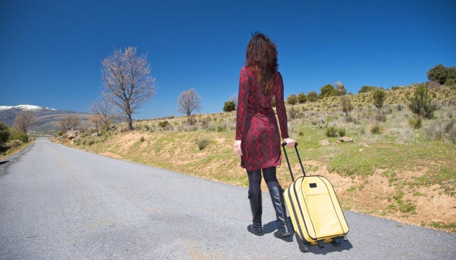 naine kohvriga