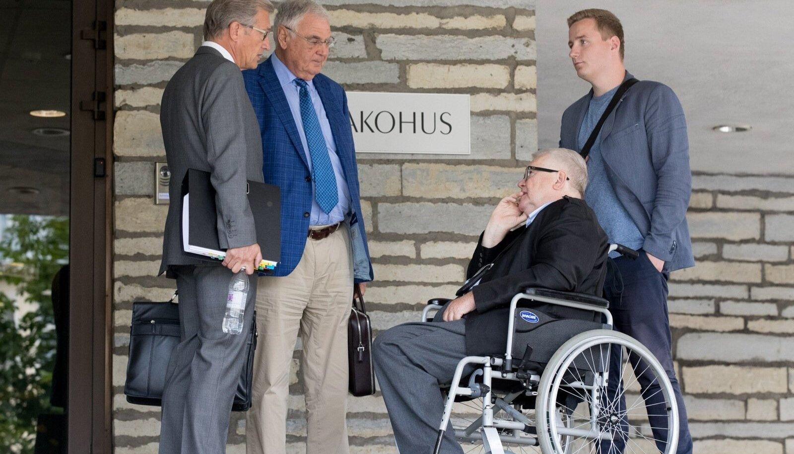 Aivar Pilv, Alexander Kofkin ja Edgar Savisaar kohtumaja ees