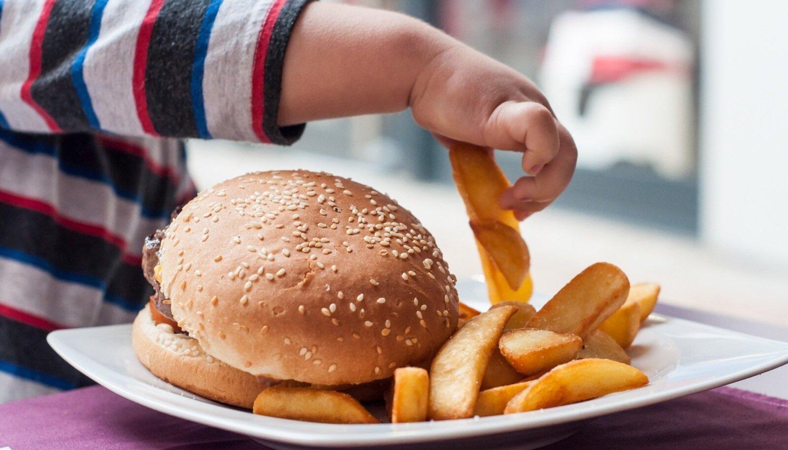 Võrreldes tüdrukutega söövad poisid sagedamini hamburgereid, friikartuleid ja kartulikrõpse, joovad sagedamini karastus- ja energiajooke.