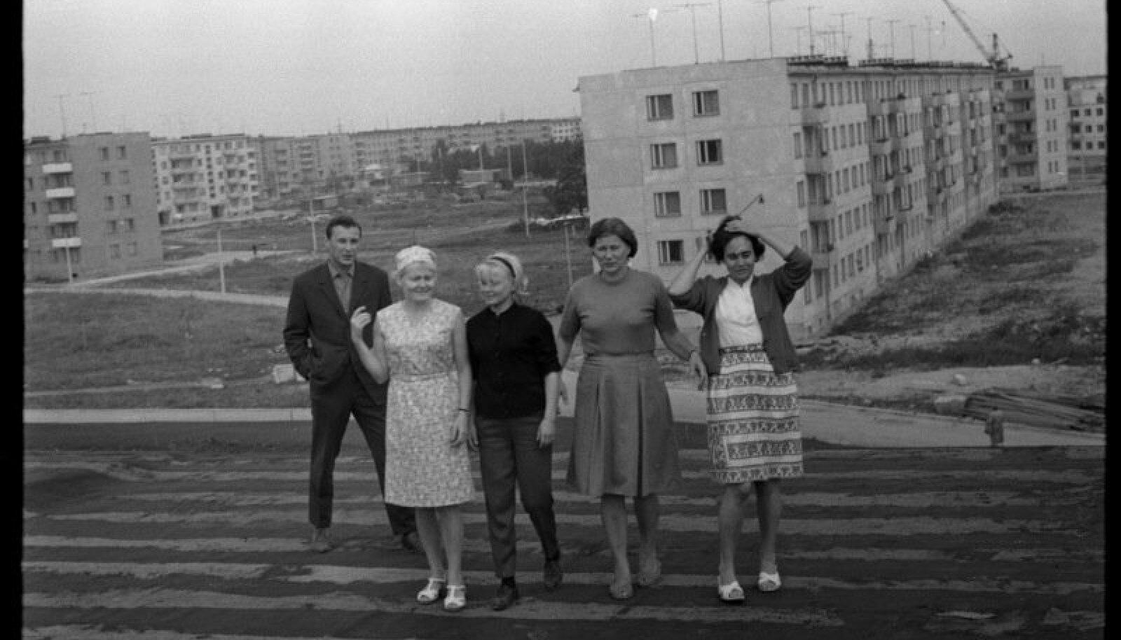 Grupp inimesi Tallinna 37. Keskkooli hoone katusel Mustamäe 5. mikrorajoonis.