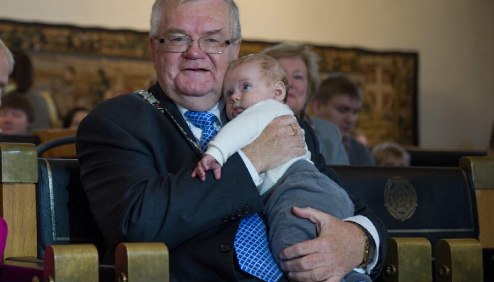 Nimetunnistuste tseremoonia Raekojas - Edgar Savisaar andis nimetunnistuse ka erakonnakaaslase Milis Repsi viinedale lapsele Frederickule