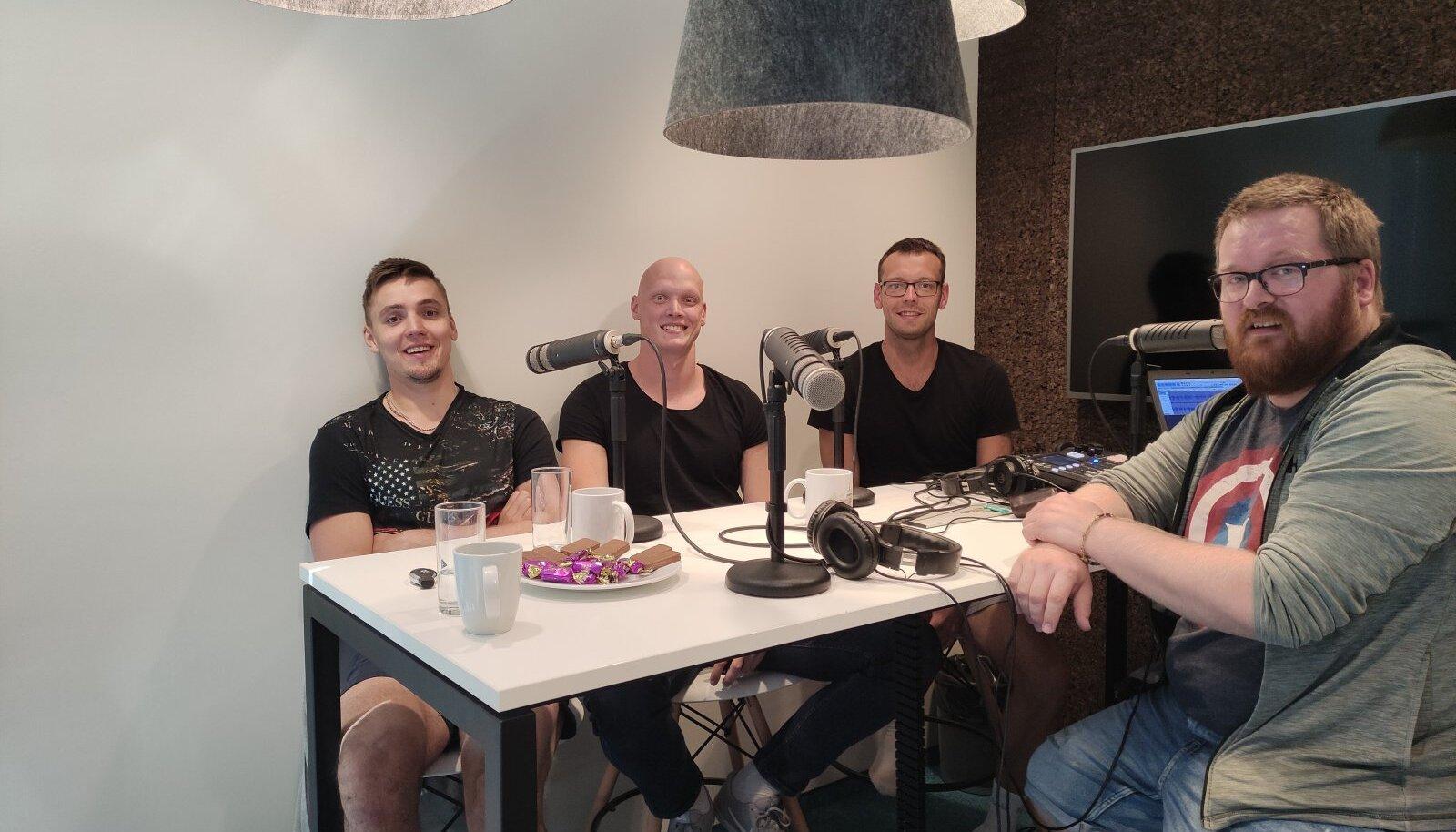 Robert Täht, Taavi Nõmmistu, Karl Rinaldo ja Uku Rummi Manta Maja stuudios.