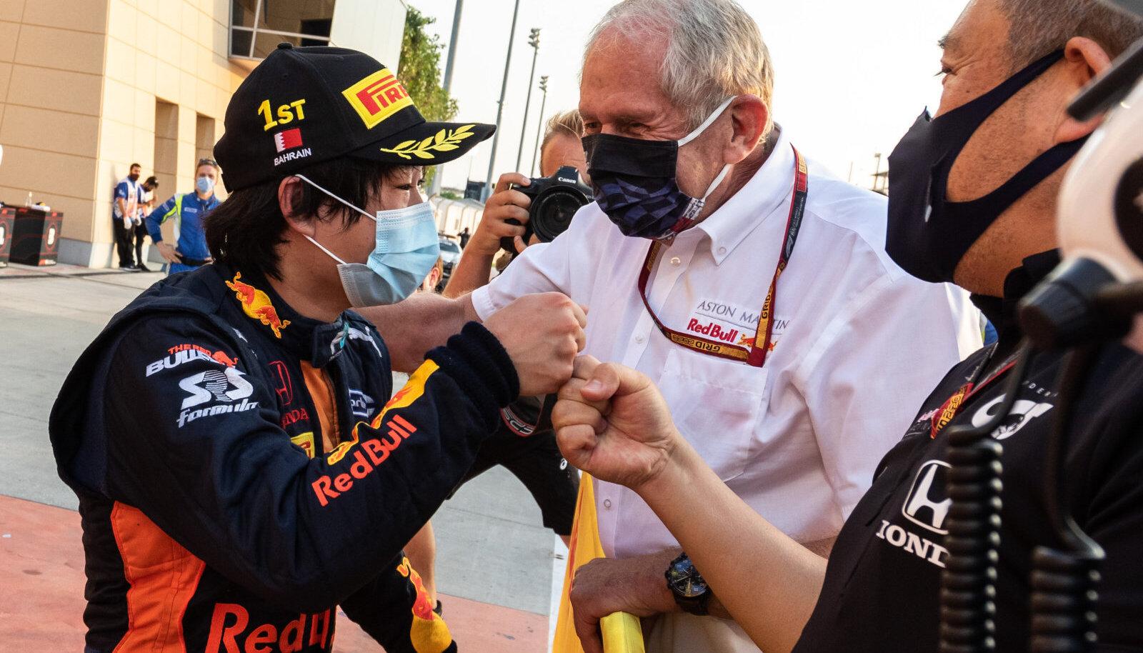 Yuki Tsunoda võtab vastu õnnitlusi Red Bulli noortetiimi pealikult Helmut Markolt.