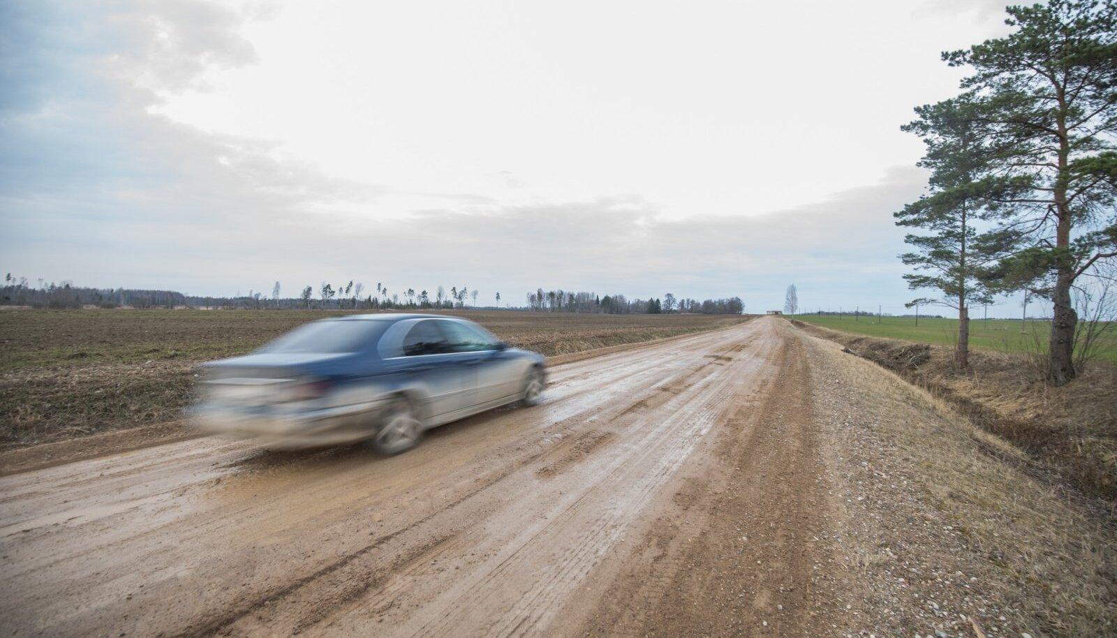 Kohalike külateede seisukord on kasin, puudub asfaltkate ning teed on sageli porised – külarahvas leiab, et ka parima tahtmise korral oleks seal jalgrattaga liikumine vaevaline.