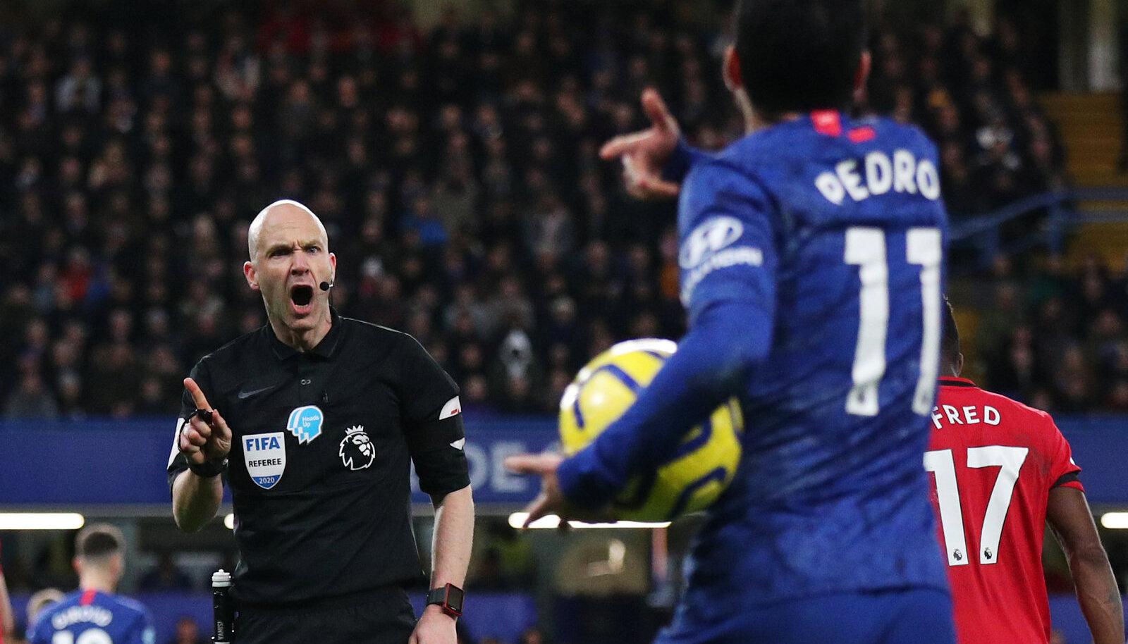 Peakohtunik Anthony Taylor otsust Chelsea ründajale Pedrole selgitamas.