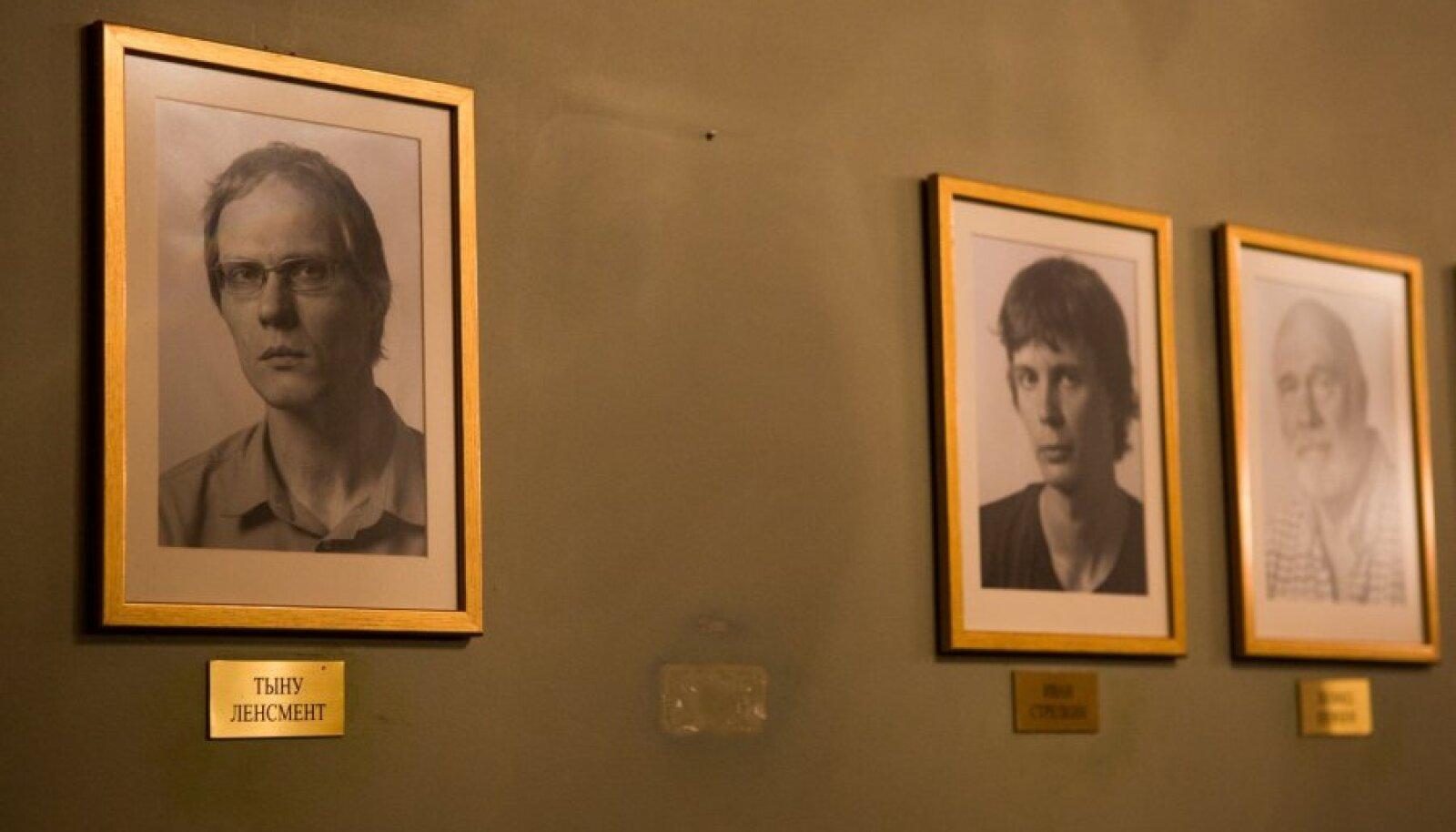 На днях из актерского фойе Русского театра уже демонтирован портрет Марата Гацалова, который ранее висел между портретами директора театра Тыну Ленсмента и режиссера Ивана Стрелкина.