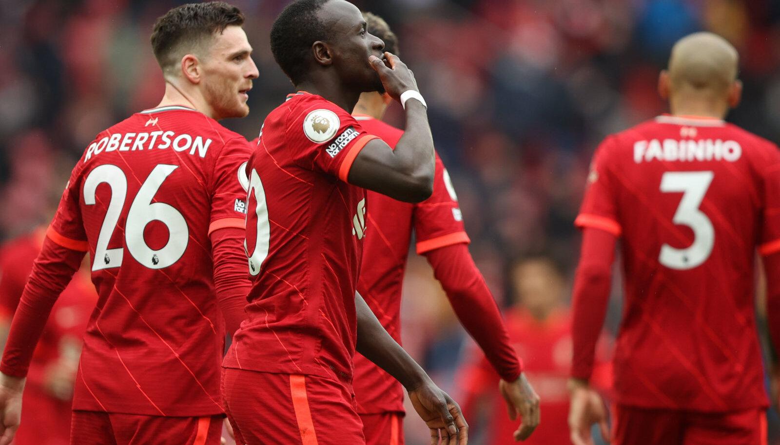 Sadio Mane (keskel) väravad tõid Liverpoolile võidu.