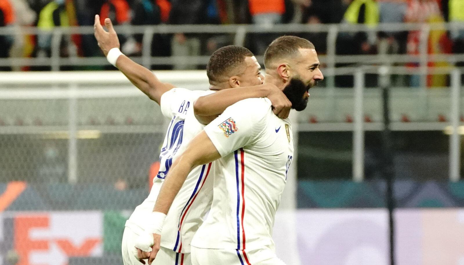 Килиан Мбаппе и Карим Бензема празднуют гол в ворота Испании