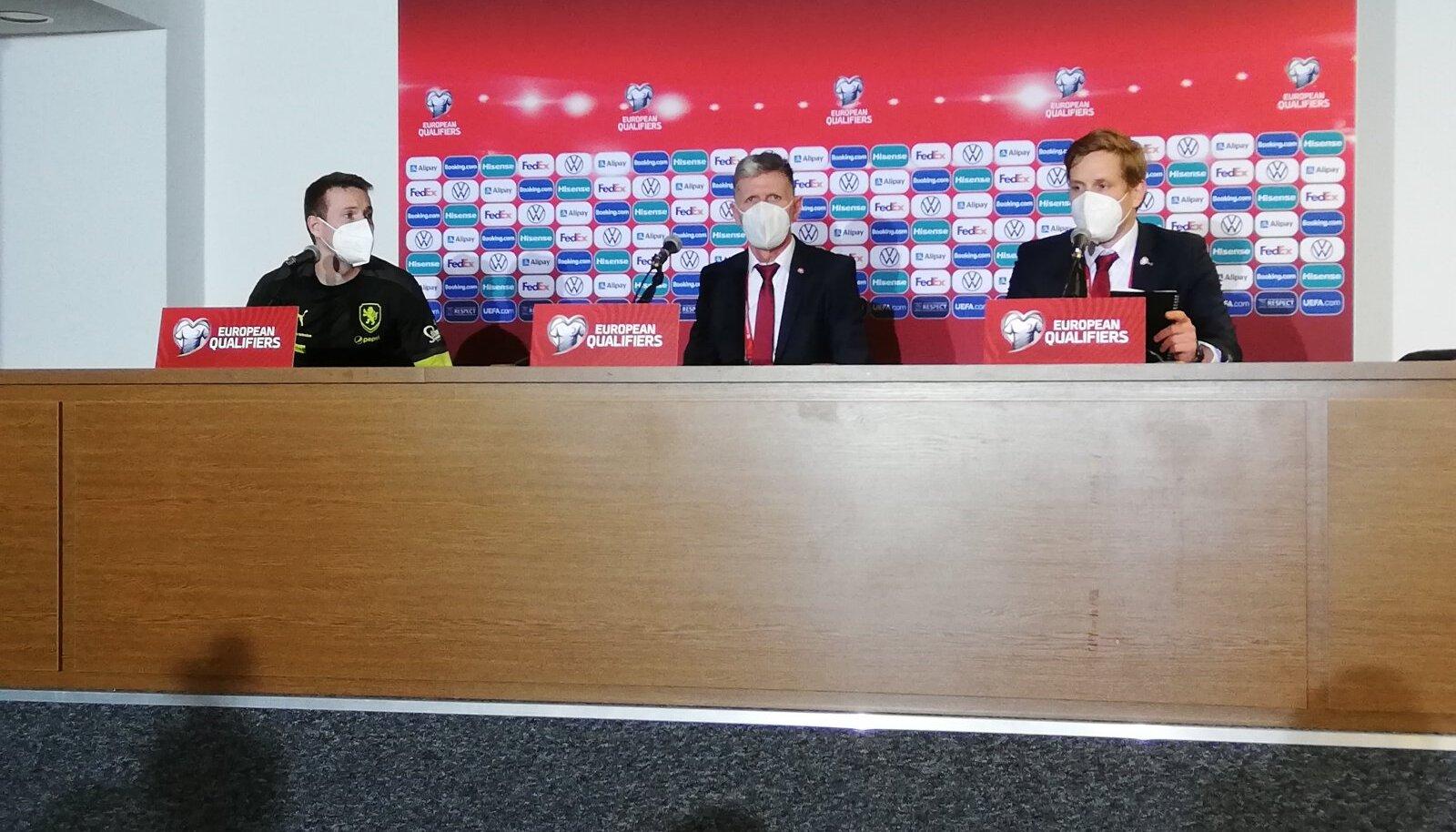 Vasakult: Jakub Jankto, Jaroslav Šilhavy ja Tšehhi koondise pressiesindaja.