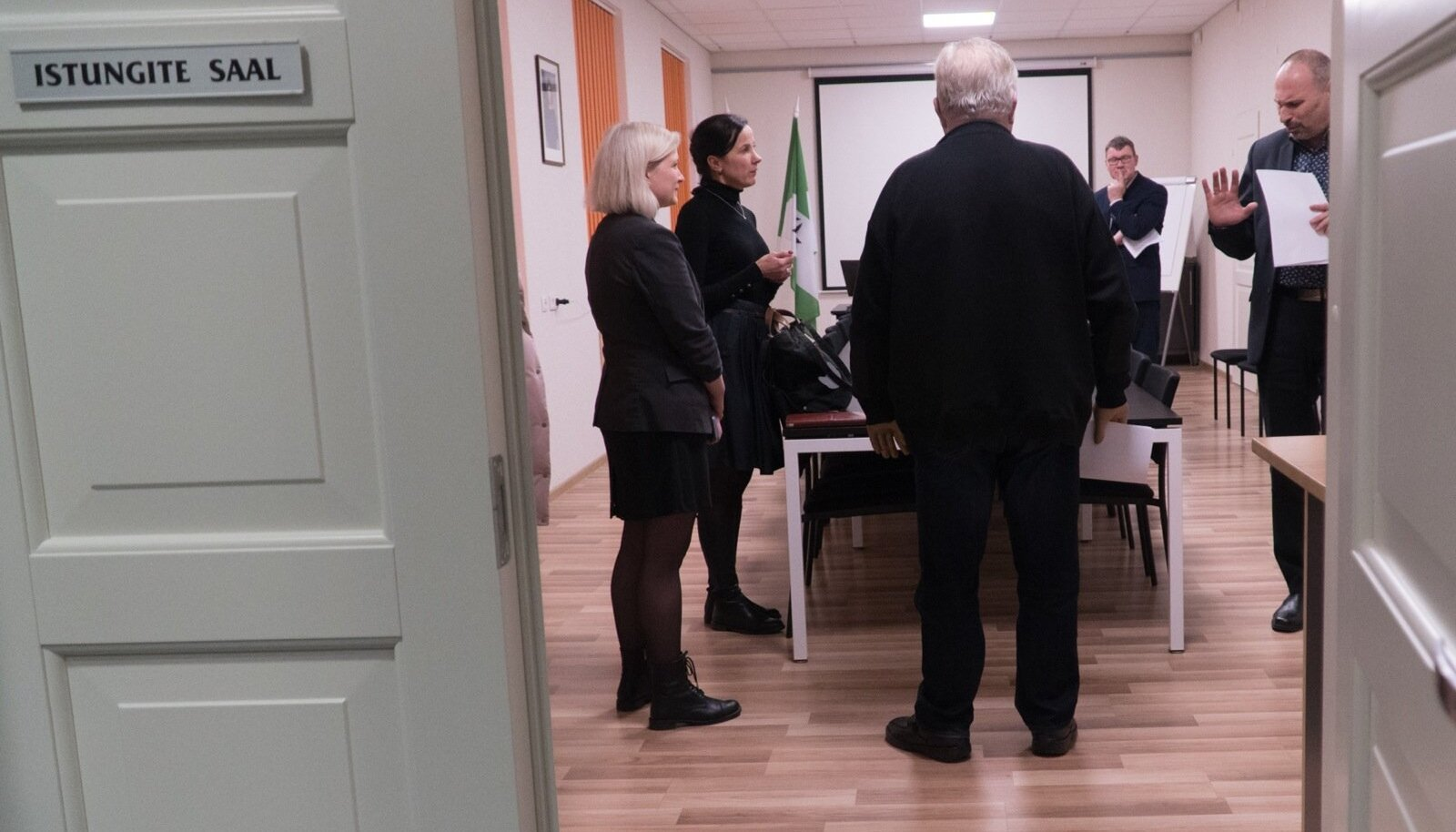 Lüganuse vallavanema Viktor Rauami (paremal) otsus vallandada Kivõli I keskkooli direktor Heidi Uustal tekitas suurt vastukaja. Pildil kohtumine kooli õpetajate ja hoolekogu esindajatega, kes lubasid streikida, kui Uustal tööpostile naasta ei saa.