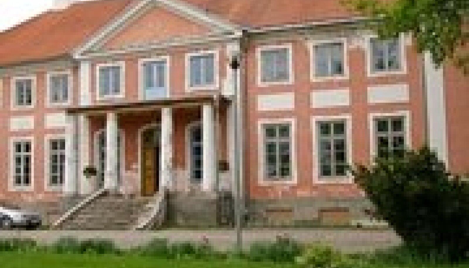 Sargvere mõis. Pikki aastaid tegutses Sargvere Põhikool (praegune Lasteaed-Algkool) mõisa hoones.