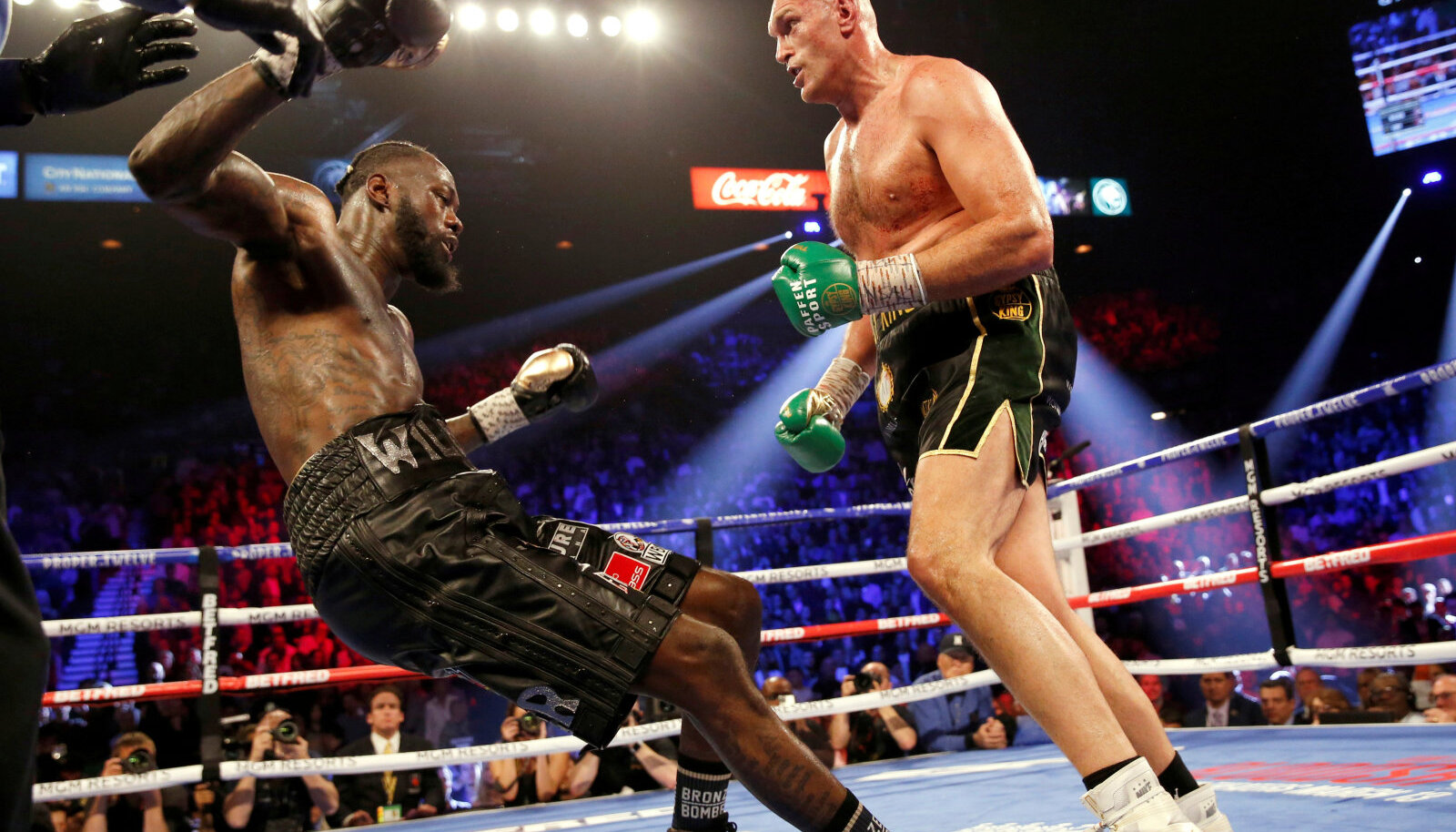 Tyson Fury lööb Deontay Wilderi pikali