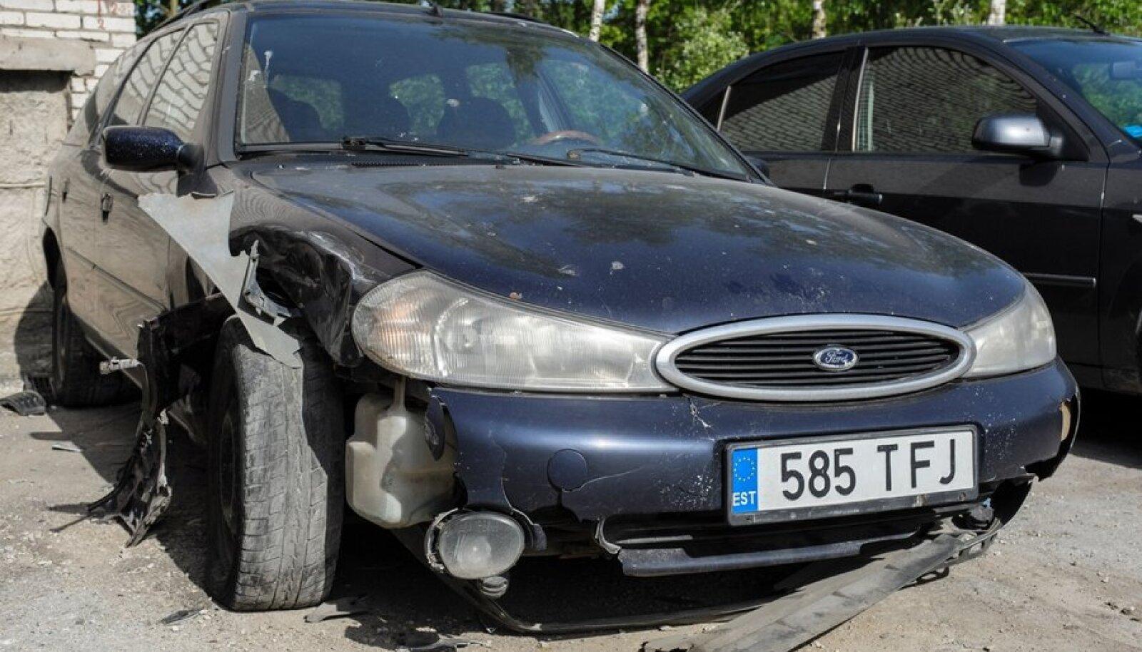 Üks kolmest autost, millele roolijoodik otsa põrutas