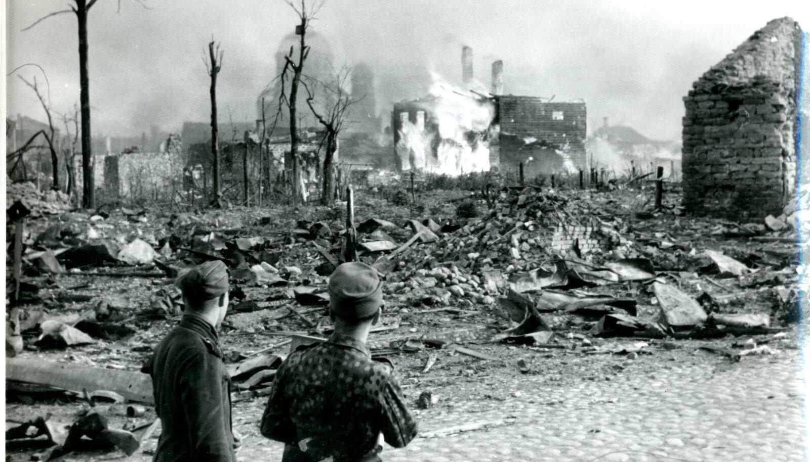 Narva 1944. aastal pärast Nõukogude lennuväe pommitamist ja suurtükituld. Nõukogude ajal tulid linna uued elanikud.