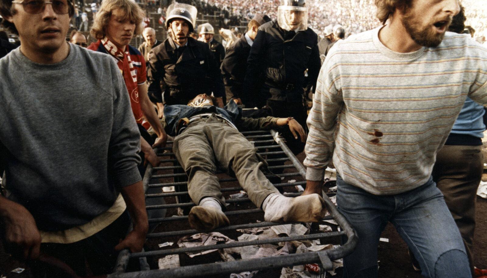 Vigastatuid kanti staadionilt välja sektorite vahele paigaldatud aedadel.