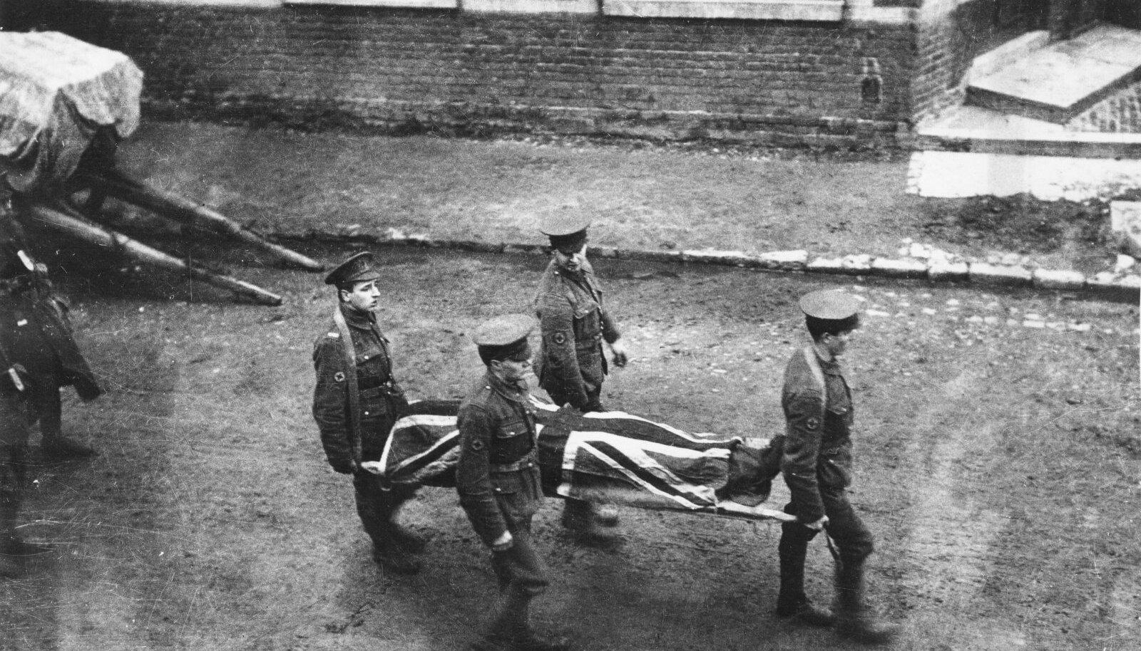 Sajad tuhanded asumaadest pärit sõdurit andsid brittide eest võideldes elu, kuid jäid aust täiesti ilma. Fotol Briti sõduri matused 1914. aastal Prantsusmaal Estaires'is.