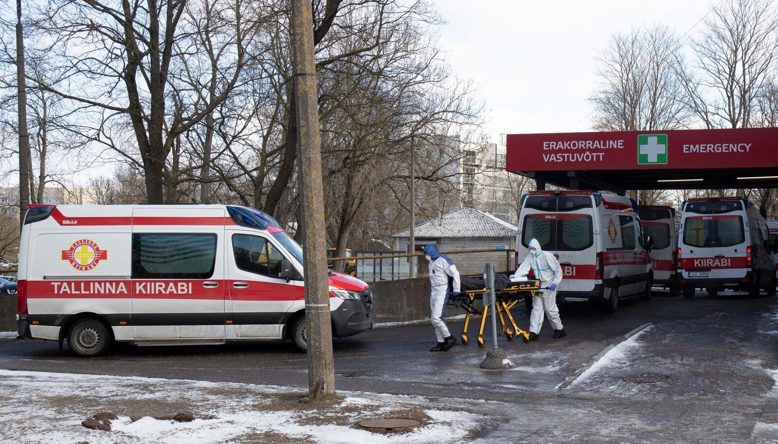8. märts Tallinnas: Ida-Tallinna Keskhaigla juures ootasid kiirabiautod järjekorras, kuni haiged suudeti vastu võtta.