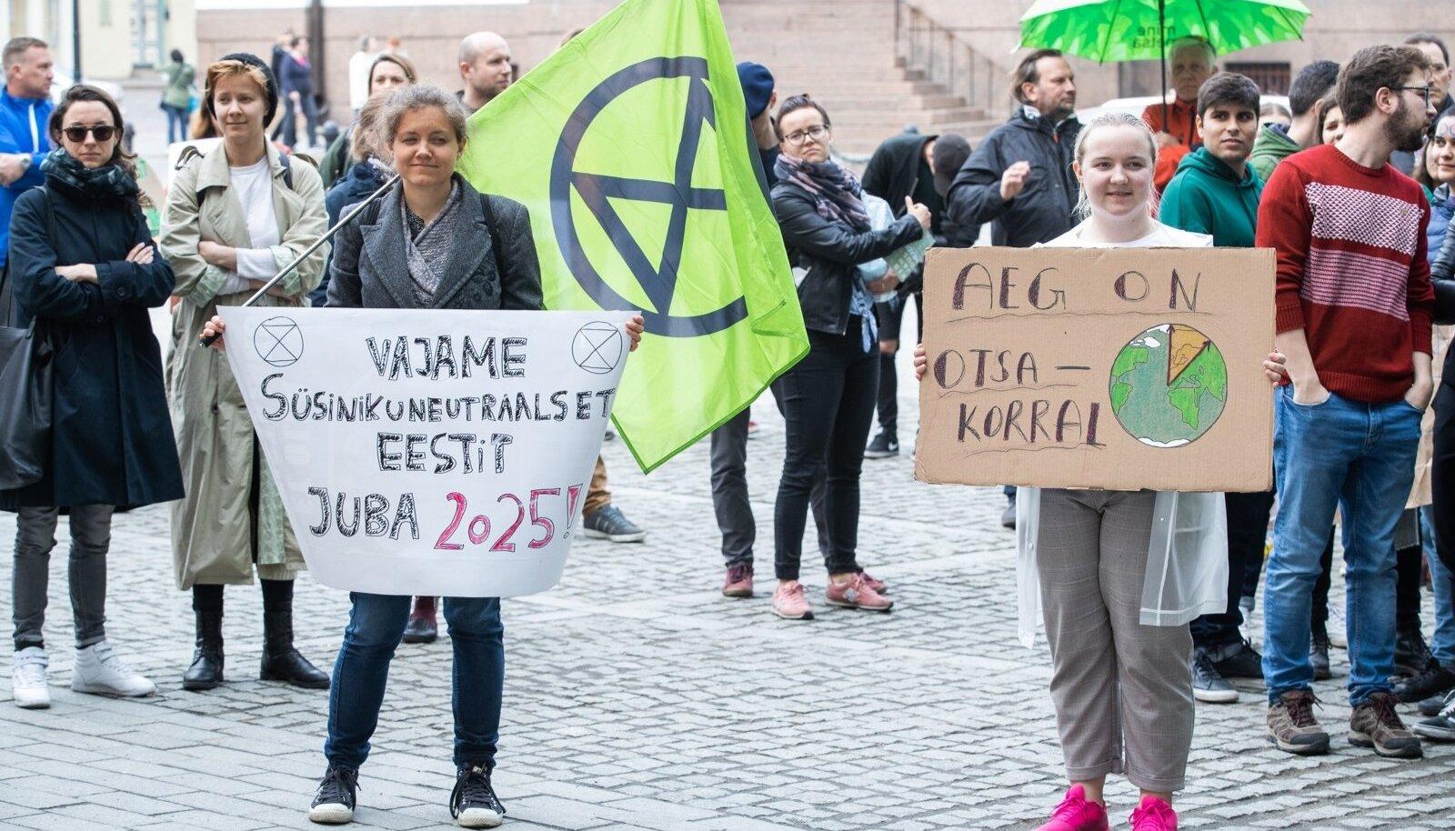 KLIIMASTREIK: Noored ootavad poliitikutelt selget plaani, kuidas kavatseb Eesti teha kannapöörde keskkonnasõbralikuma majanduse ja eluviiside suunas.