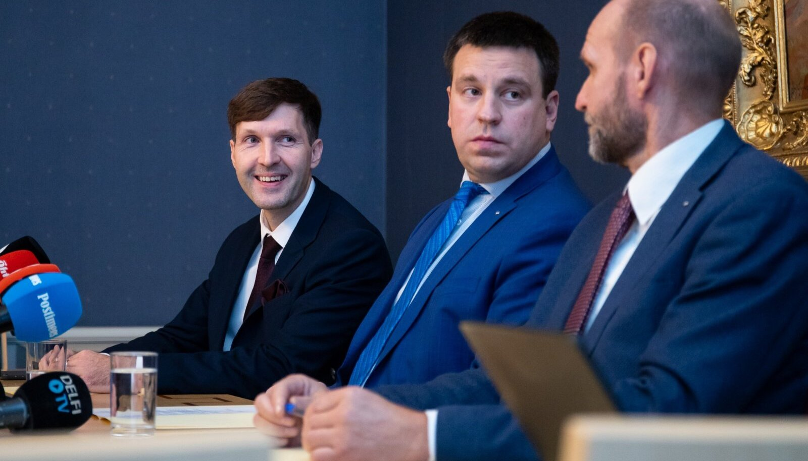 Koalitsioonierakondade juhid Martin Helme (EKRE, vasakul), Jüri Ratas (Keskerakond) ja Helir-Valdor Seeder (Isamaa) kinnitasid eile, et kriis on teinud võimuliidu tugevamaks ja nüüd mõistavad nad üksteist paremini.