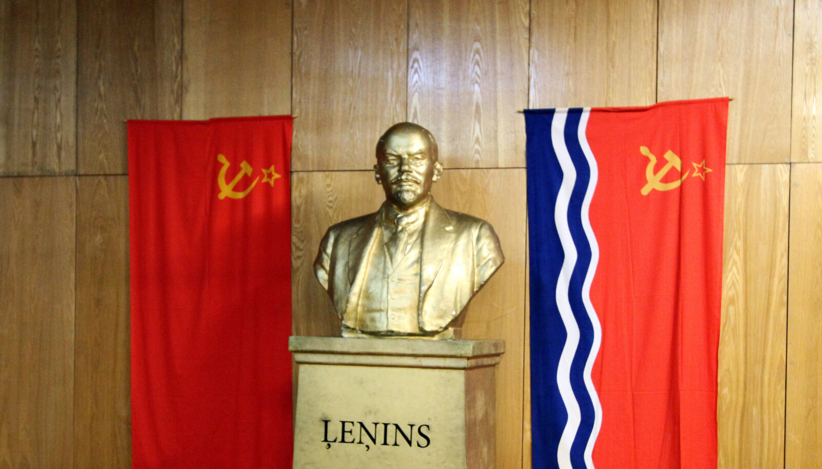 Suur juht ja õpetaja, Lätis tuntud kui Lenins
