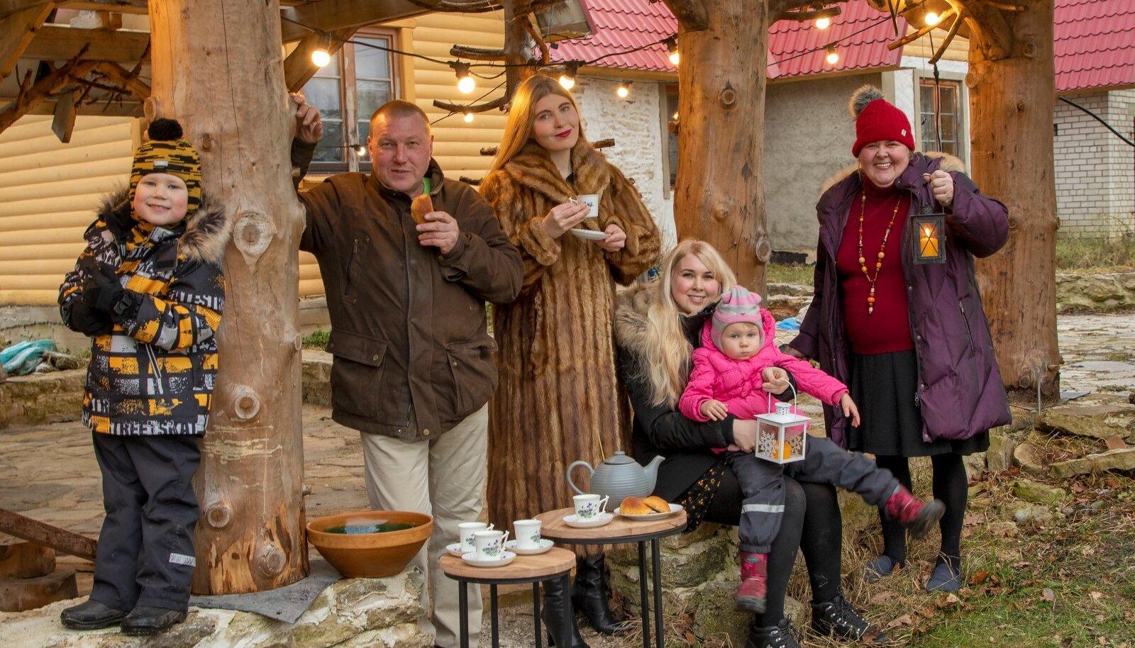 Pühademeeleolu taluõues. Pildil on isa Teet Kuusemaa, tütred Kairi ja Karin kahe lapse – Lily ja Alexiga – ning ema Anita Kuusemaa.