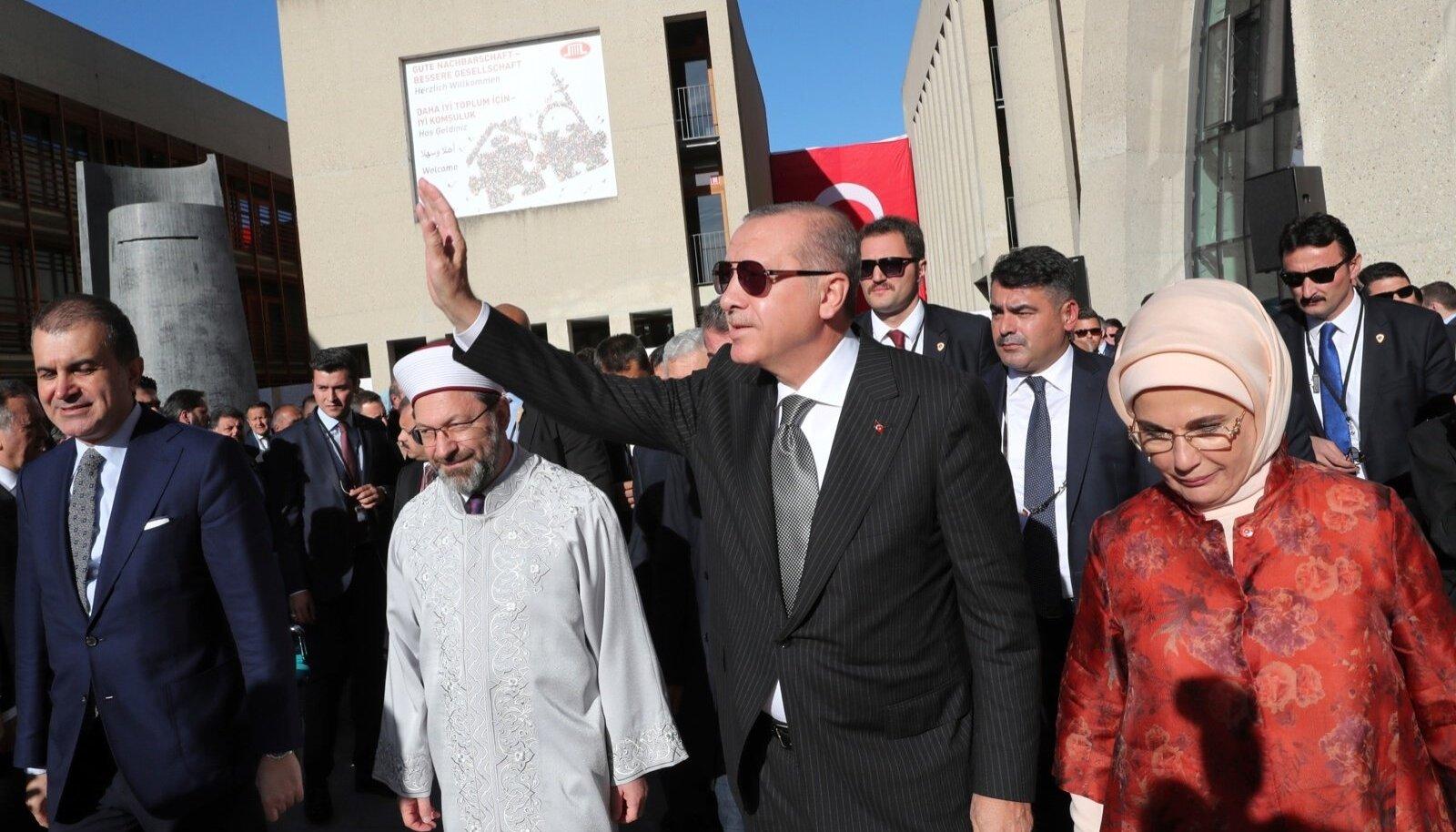 EBAVIISAKAS KÜLALINE: Saksamaal saabunud Recep Tayyip Erdoğan esitas Saksamaale rangeid nõudmisi. Pildil koos abikaasa Eminega.