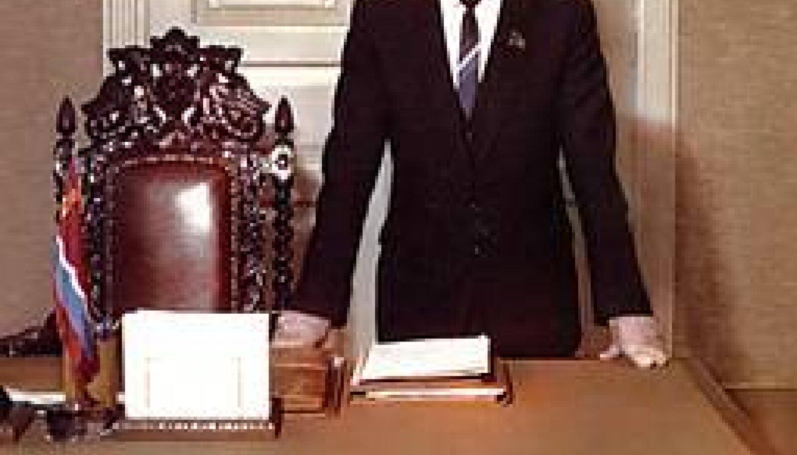 """LENINI PILDI ALL: Bruno Sauli mälestusteraamatu kaanel on hetk tema hiilgeajast ENSV Ministrite Nõukogu esimehena. repro bruno sauli mälestusraamatu kaanest """"Meie aeg"""""""