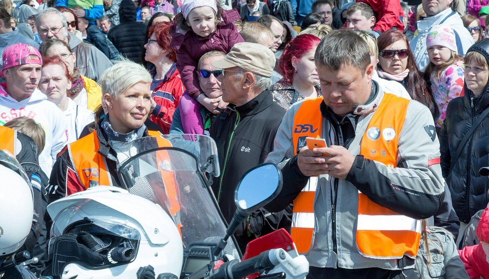 Täna kogunesid Kuressaares ühiseks rongkäiguks Saaremaa lasteaedade lõpetajad. Ühises rongkäigus koos vanemate ja kasvatajatega liiguti lossi hoovi, kus toimus kontsert ja peeti maha laste pidu Pipi juhendamisel. Peale tunniajalist kontserti saabus külla Kultuurne Motobande, kes tervitas oma kontserdiga väikesi ja suuri kuulajaid. Kõige lõpuks said kõik soovijad autogramme kingituseks saadud helkurvestidele. Kultuurne Motobande andis ka üle 4500 eurose annetuse Kuningas Arthuri fondilt Väinemere uisu grootpurje valmistamiseks.