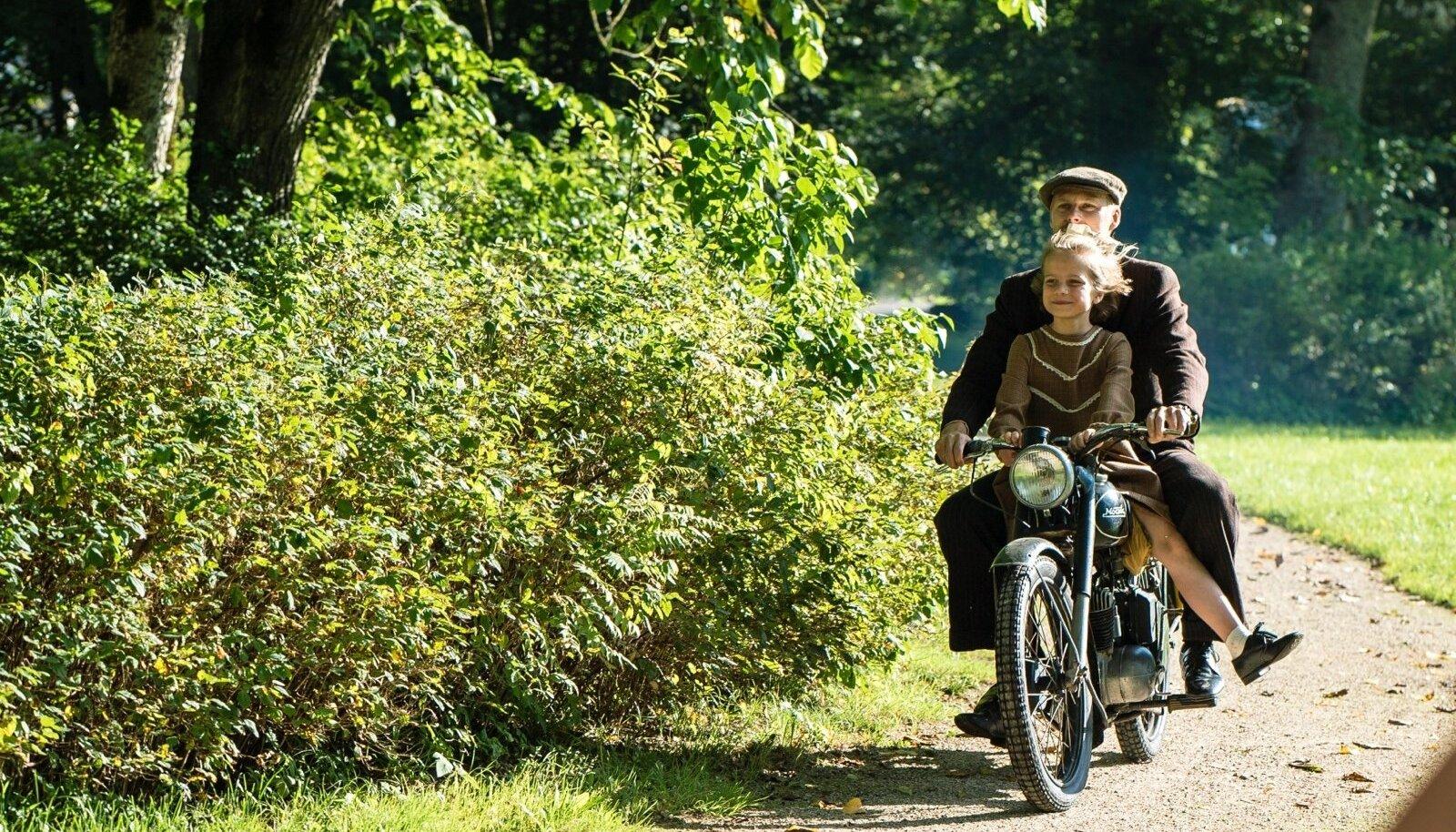ISA JA TÜTAR: Kuldses päikesevalguses kihutavad mootorrattal isa (Tambet Tuisk) ja väike Leelo (Helena Maria Reisner).