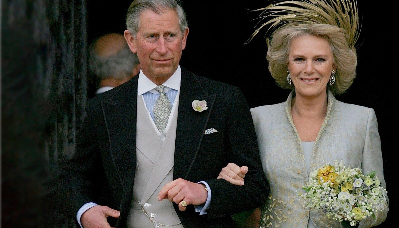 Prints Charles ja Camilla lahkumas kabelist oma pulma-päeval 2005. aasta kevadel.