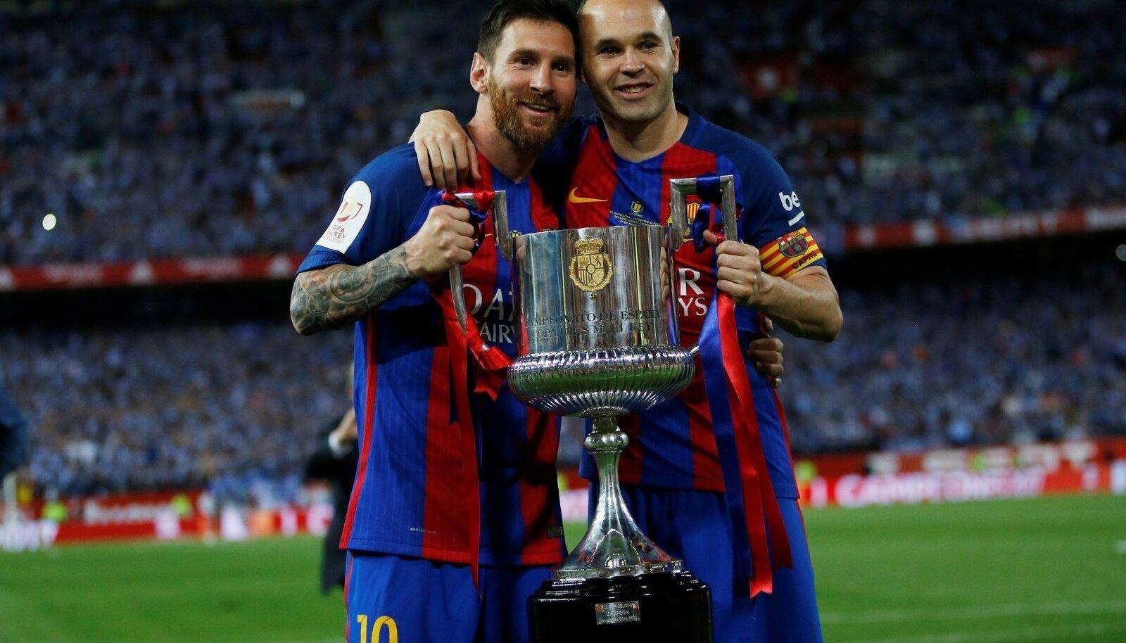 Andres Iniesta ja Lionel Messi võidukarikaga