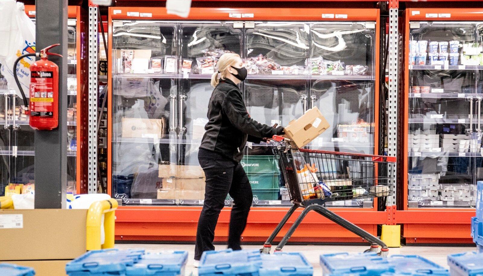 E-poe töötaja on professionaalne poodleja, kelle tööpäev möödub kaubariiulite vahel ostunimekirju täites ja neid pakkides.