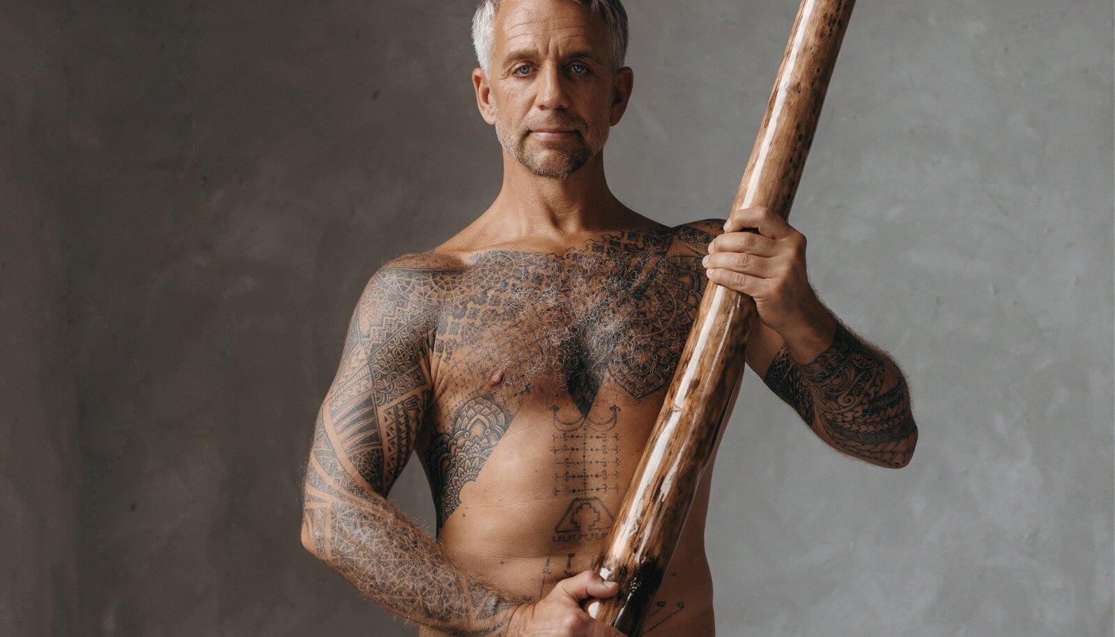 Aborigeenide muusikariista didgeridoo ostis Bali väereise korraldav Tiit Austraalia pillimeistrilt.
