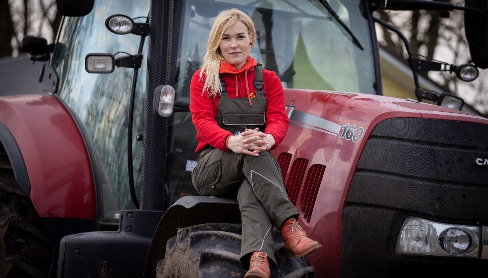 """Kuigi Kaja Piirfeldt ise enam iga päev rutiinseid talutöid ei tee, on ta valmis alati käsi külge lööma, kui on asendajat tarvis. Näiteks selle traktoriga tegi ta suvel mitusada rolli silo. """"Tänapäeva traktor on nagu kosmoselaev – kõrgtehnoloogiline masin, millega saab ägedaid asju teha,"""" lisab ta elevusega."""