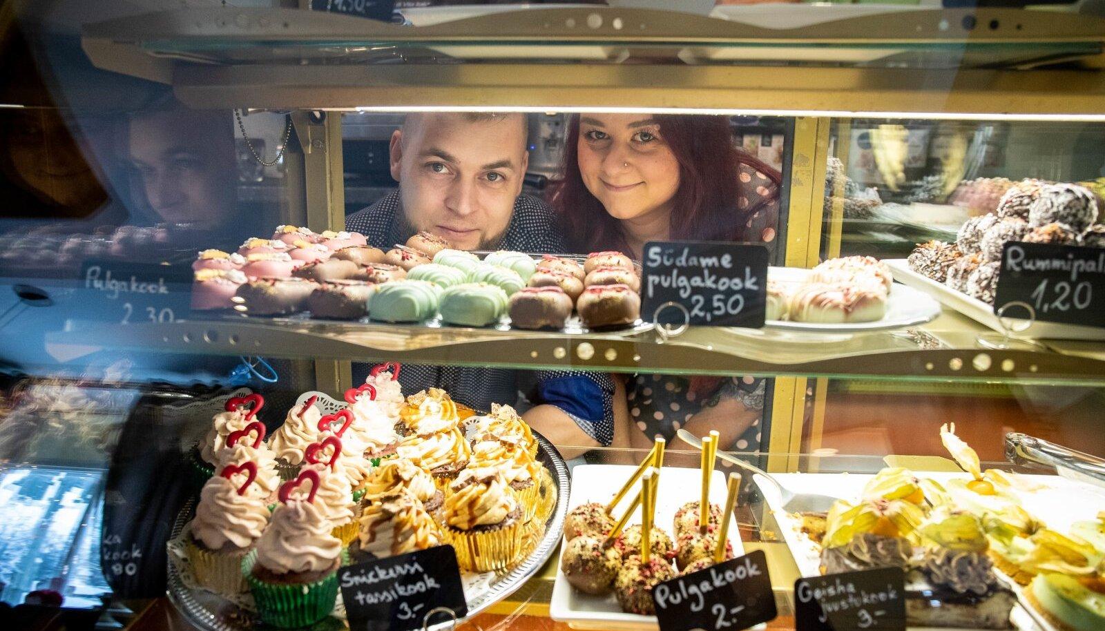 Indrek ja Kristina Noorsalu kohvi- ja koogipoes Karamell saab esmalt silma nuumata.