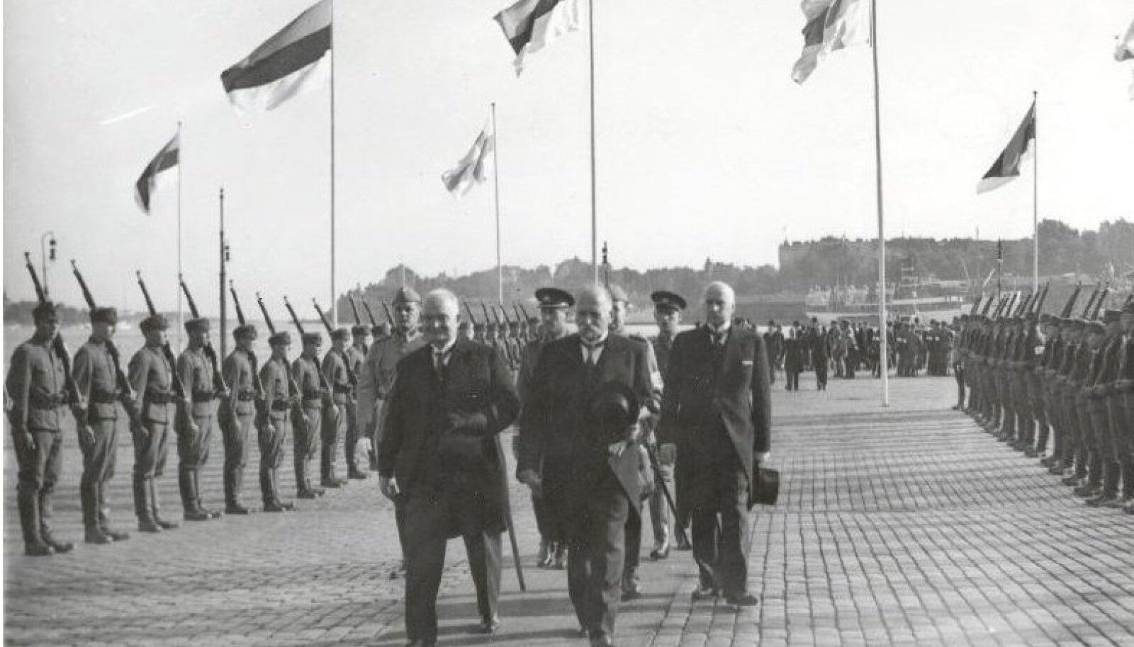 August 1937. Riigivanem Konstantin Päts ja Soome president Kyösti Kallio mööduvad auvahtkonnast Helsingi sadamas.Vabadussõja ajal aastatel 1918–1920 arendas Päts oma kauaaegset meelisideed unioonist koos Soomega. Riigipeade iga-aastased kohtumised algasid 1931. aastal, kui riigivanem Päts tegi visiidi Soome. Muuseas arutasid riigijuhid salajasi plaane maade sõjalisest koostööst ja Soome lahe sulgemisest.