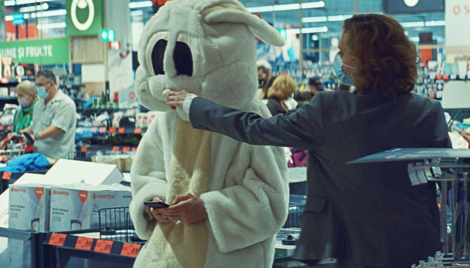 AUHINNATUD TEOS: Absurdne draamakomöödia tõi režissöör Radu Judele tänavuselt Berliini filmifestivalilt Kuldkaru.