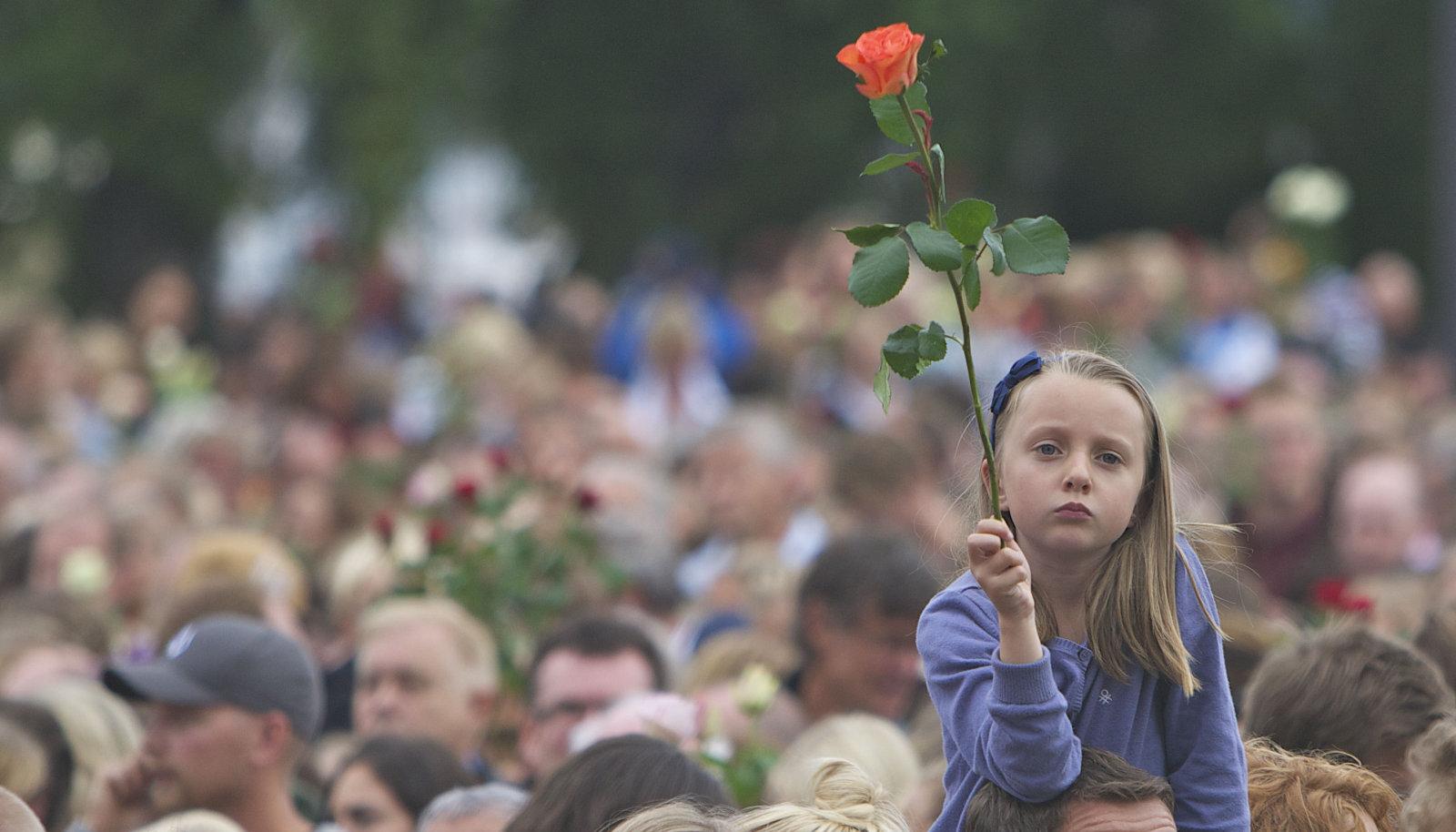 Норвежцы вспоминают жертв теракта