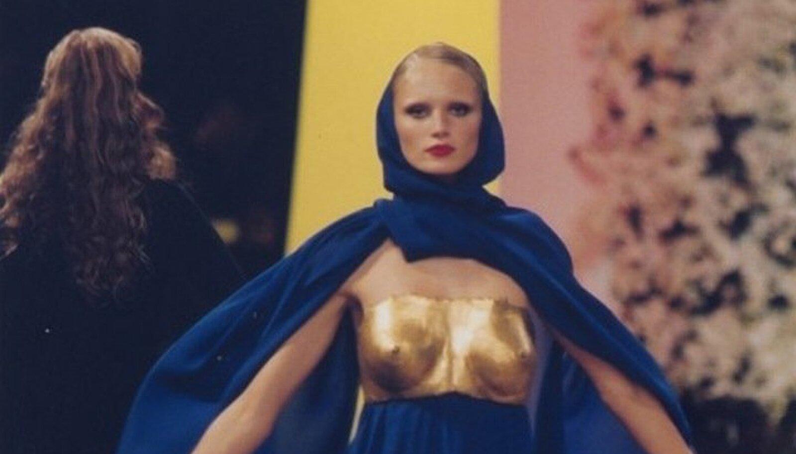 Napoleoni ajastu rinnamulaaz on inspireerinud kaasaegseid moeloojaid, Yves Saint Laurenti kuldne rinnaskulptuur, 1969