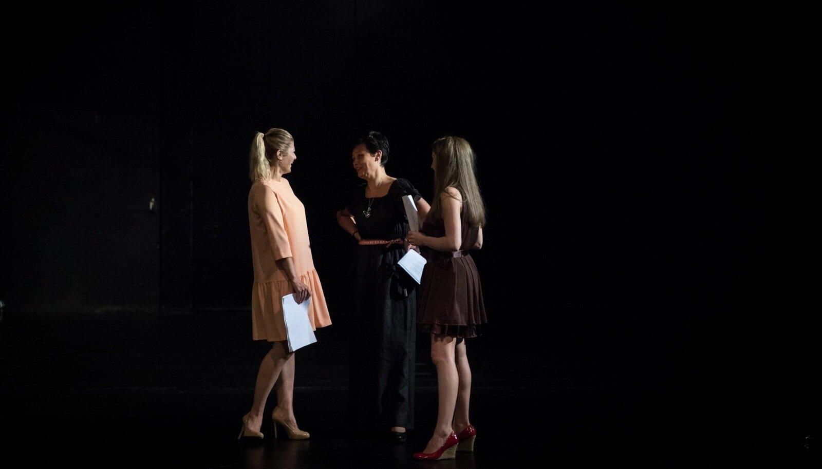 Viktoria Ladõnskaja, Laine Randjärv ja lavastaja Maria Šorstova harjutavad Vene teatri suurel laval loomingu lugemist