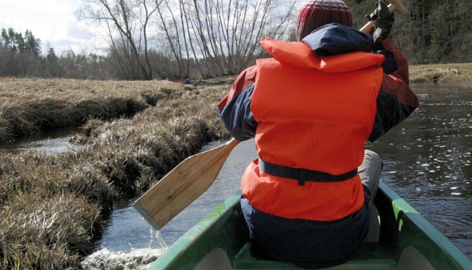 Sellel pildil olev kanuutaja kannab pääste-, mitte ohutusvesti.