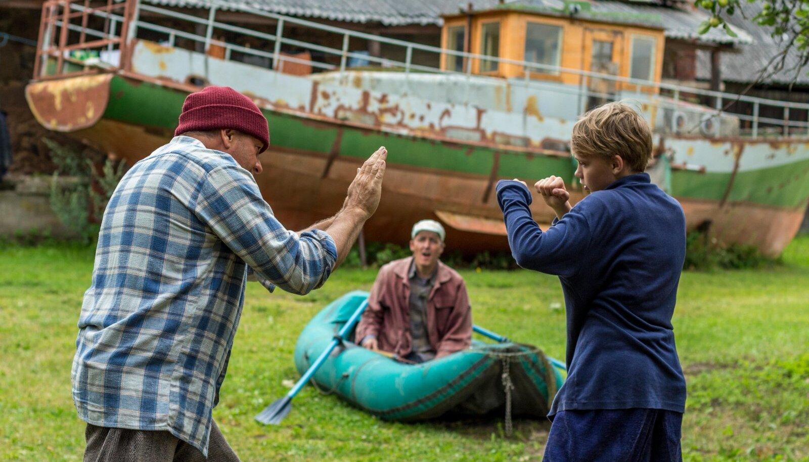Valter (Marko Matvere) õpetab Andrest (Rasmus Ermel) poksima. Kollal (Aarne Soro) on suu lahti