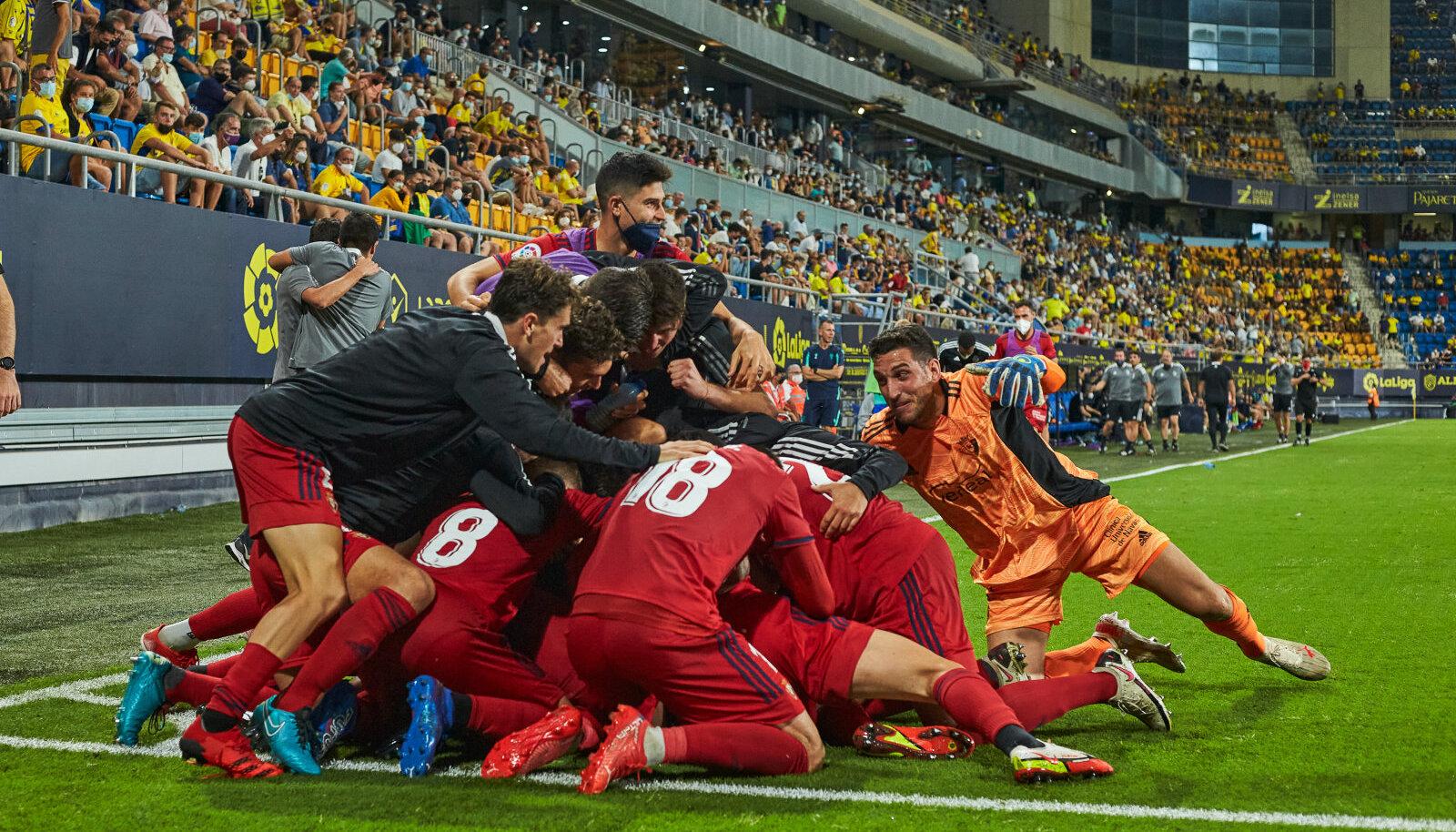 Osasuna mängijad võitu tähistamas.