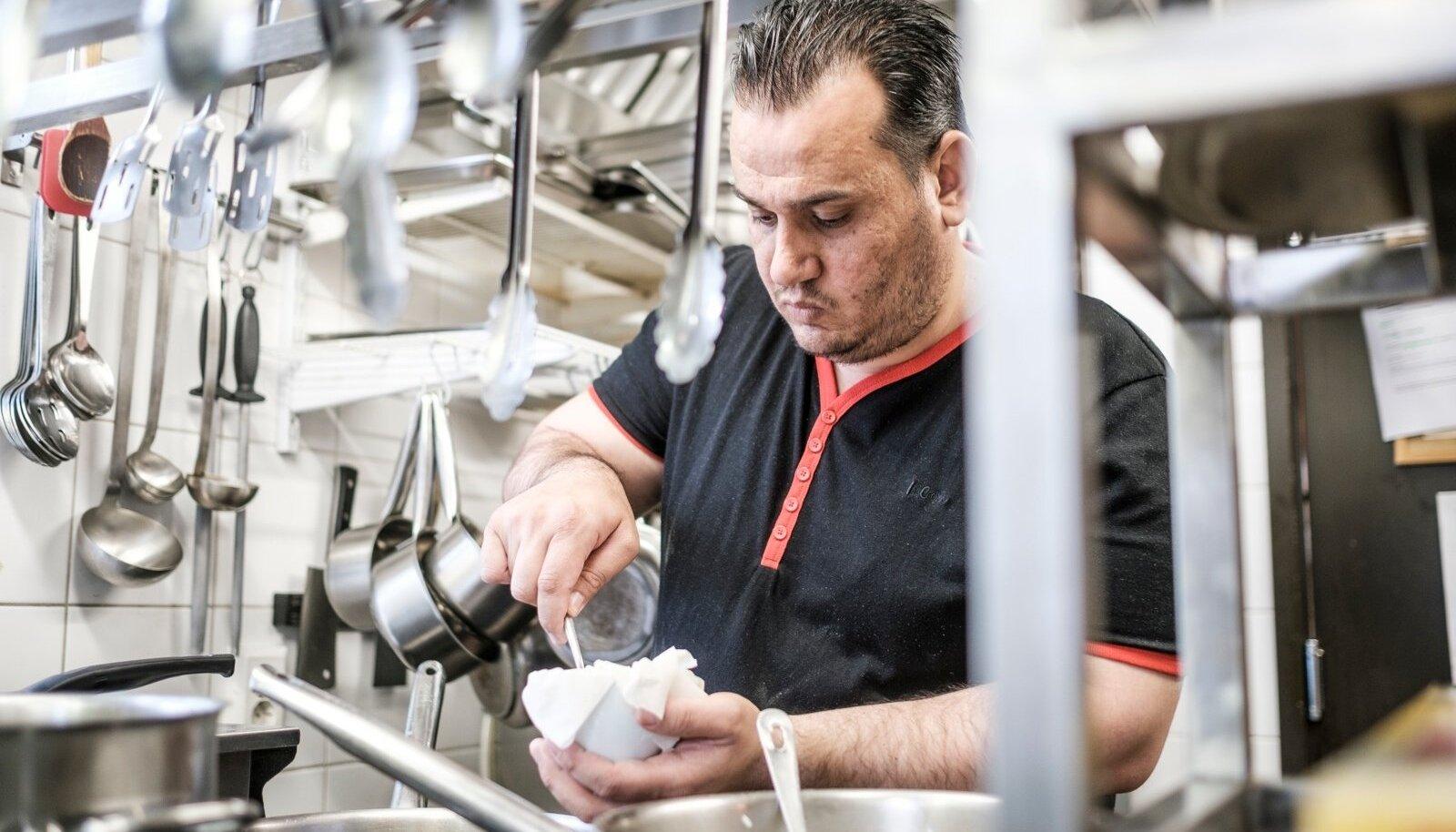 Rahvusvahelise pagulaspäeva raames tegi Süüria sõjapagulane Hassan Al Dakhil süüa Kuldmoka restoranis.