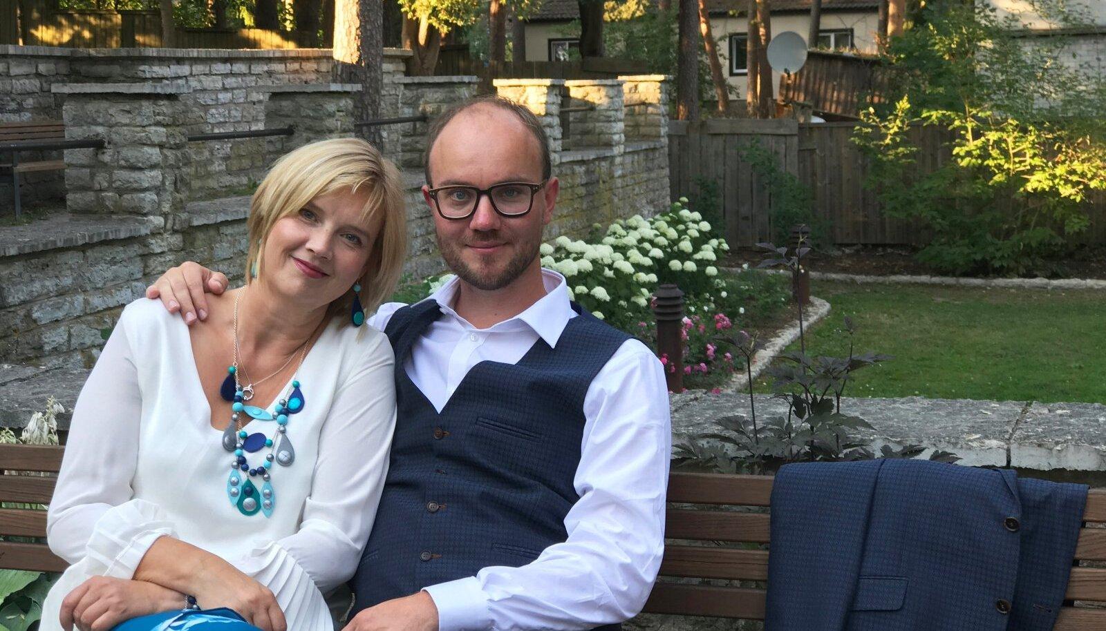 Uku (35) ja Ylle Tampere (51) said kokku kolm aastat tagasi. Kummalgi neist polnud plaanis end kellegagi siduda, ometi lahvatas armas-tus esimesest silmapilgust.