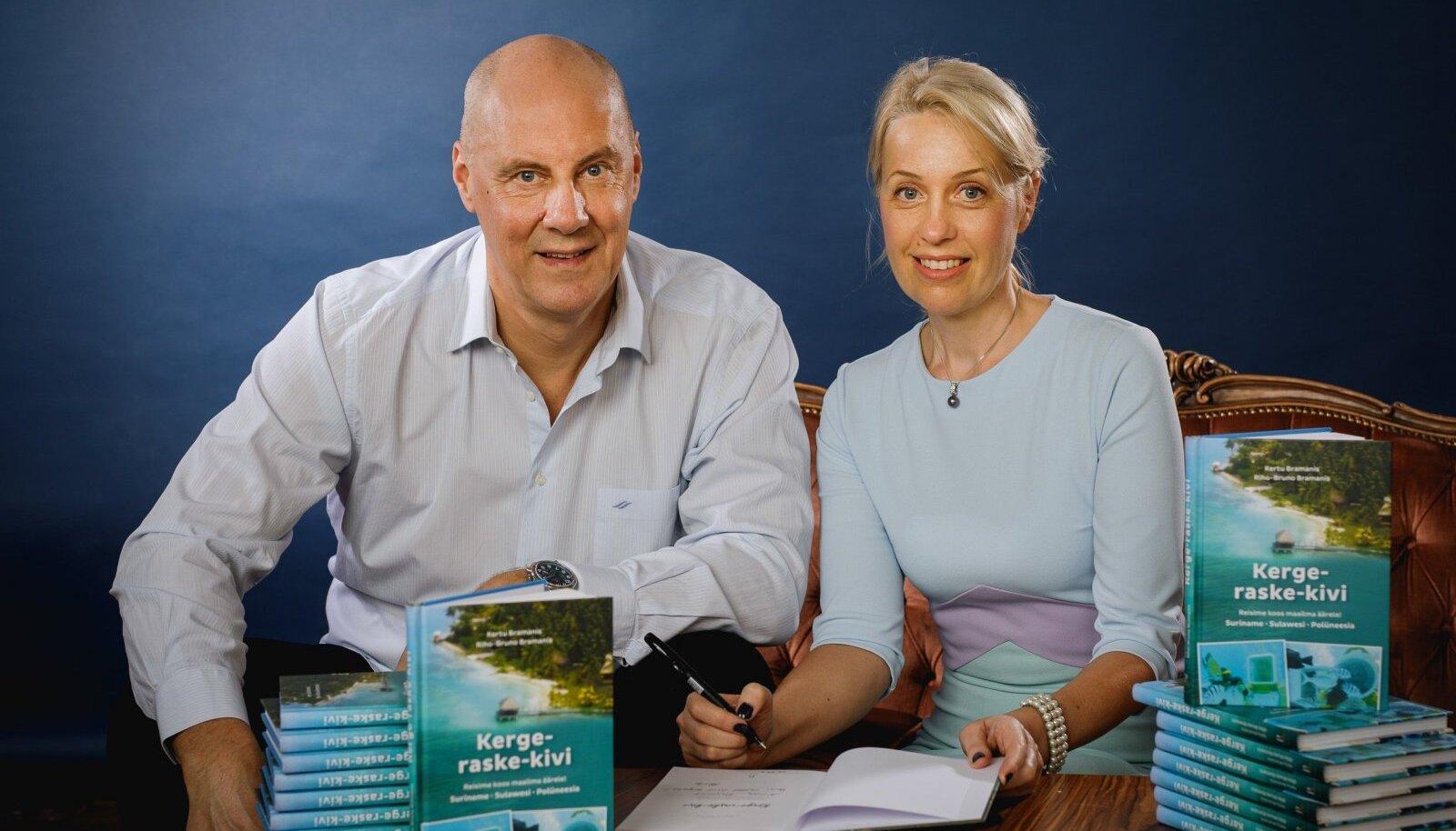 """LEEVENDAVAD REISIIGATSUST Riho ja ta abikaasa Kertu andsid välja oma reisikogemusi kirjeldava raamatu """"Kerge-raske-kivi"""", kus nad viivad lugeja kolmele reisile: Amazonase auravasse vihmametsa Surinames, mägismaahõimu juurde Sulawesi saarele Indoneesias ja Vaikse ookeani troopilisse paradiisi Prantsuse-Polüneesiasse ning Lihavõttesaarele. Autorid loodavad, et ehk leevendab raamat piirangute ajal veidikenegi reisiigatsust."""