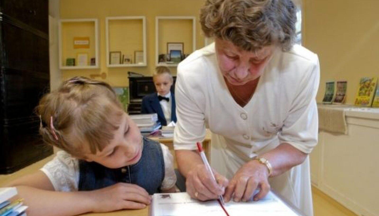 Kolmekesi nad Järvselja algkoolis ongi – Helen Sakson, 2. klass, Karl Gustav Kliimand, 5. klass  ja õpetaja Maie Sepp.
