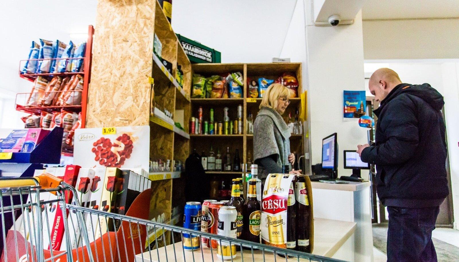 Ainaži Alko1000 poes käib äri täie hooga ja enamik alkoholiostjaid on eestlased. Valitsuse kavandatav aktsiisitõus suurendab Lätis alkoholi järel käijate arvu ilmselt veelgi.